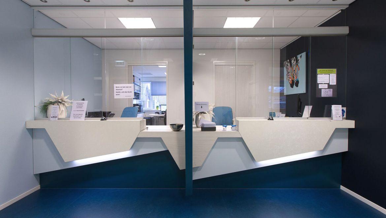 Interieurontwerp balie gezondheidscentrum Zuiderzorg Ede huisartsenpraktijk