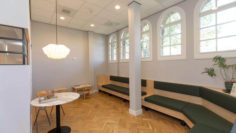 Wachtruimte huisartsenpraktijk Noord in Amsterdam - oud monumentaal schoolgebouw