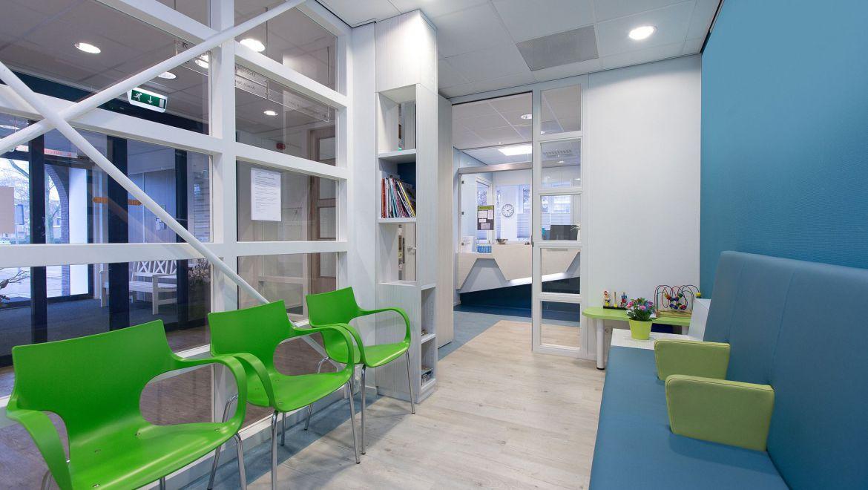 Interieurontwerp wachtkamer gezondheidscentrum Zuiderzorg Ede huisartsenpraktijk