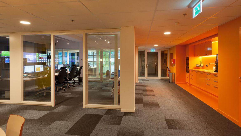 kantooromgeving, werkplekken, interieurontwerp Fox Sports Playout keuken ontwerp oranje