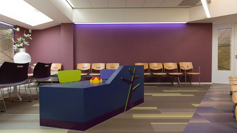 Abstracte boomvormen zijn een terugkerend thema in meubilair en vloerafwerking.