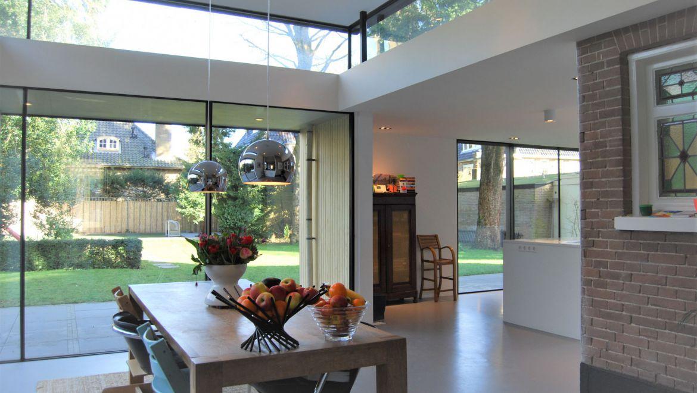 Eetkamer met glas-in-lood raam