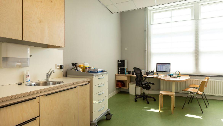 Behandelkamer huisartsenpraktijk Noord in Amsterdam - oud monumentaal schoolgebouw