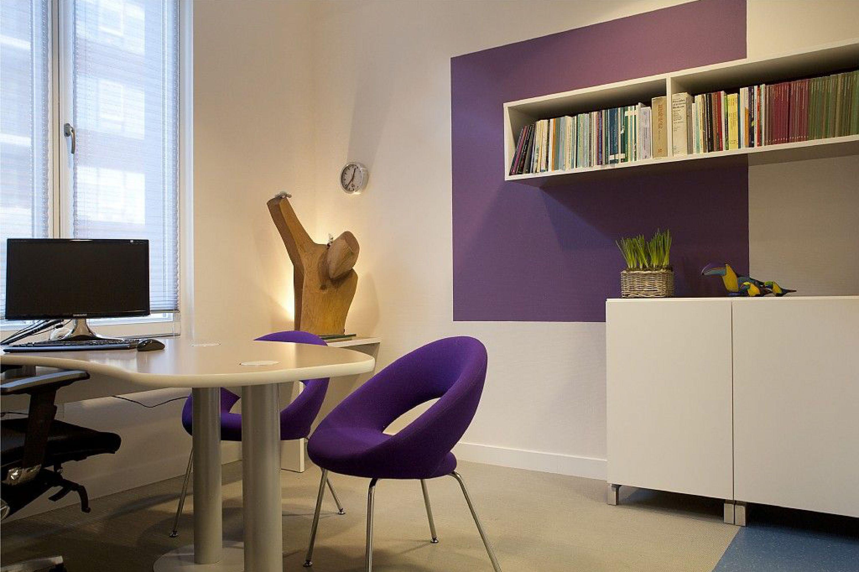 Voor de artsenkamers is door ons modulair maatmeubilair ontworpen. Open en gesloten kasten, bureau's en zijblad. De kleurvlakken zorgen op een simpele manier voor verschil in sfeer per kamer