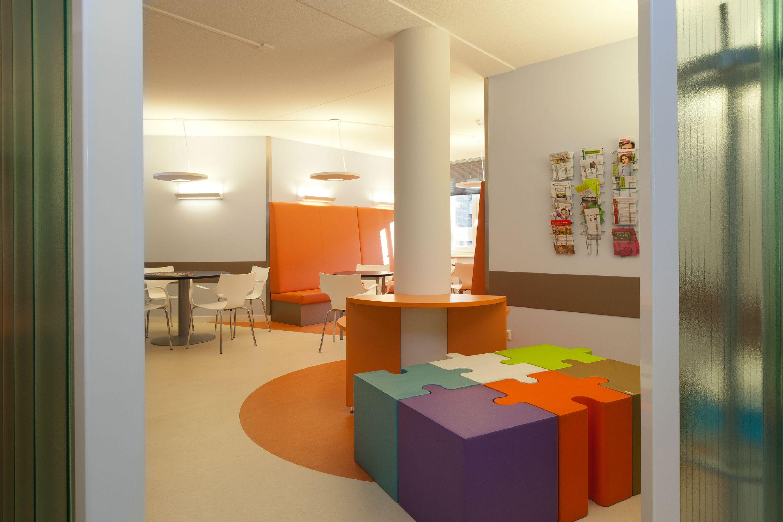 Geborgenheid en privacy 1 voor de bezoeker en patiënt door de semi-afgesloten wachtruimtes. Er is plaats voor iedereen! Verschillende zitmogelijkheden 2 zorgen ervoor, dat iedereen zich op zijn gemak voelt in de wachtruimte.
